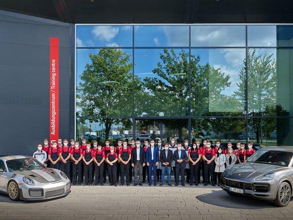 Der Ausbildungsjahrgang 2020 bei Porsche Leipzig, Foto: Porsche AG - Leipzig