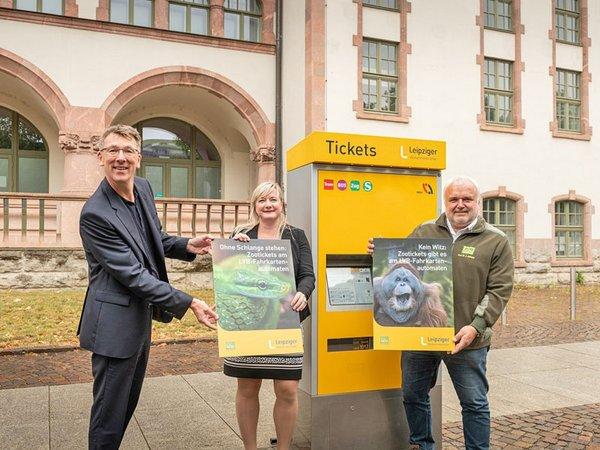 Prof. Dr. Jörg Junhold, Sandy Brachmann und Ulf Middelberg vor einem LVB-Ticketautomaten, Foto: Leipziger Gruppe