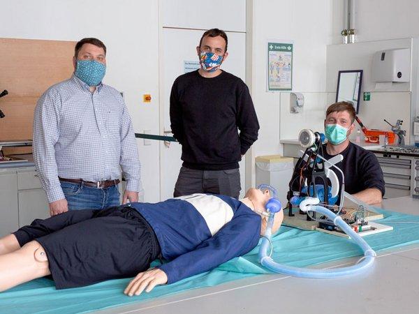 Dr. Hans-Martin Dörfler, Andreas Blum und Frank Schmidt (v. l.) haben zusammen mit 22 weiteren Ingenieuren der HTWK Leipzig ein Notfallbeatmungsgerät entwickelt, Foto: HTWK Leipzig