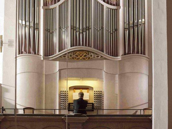 Thomasorganist an der Bach-Orgel, Foto: Thomaskirche