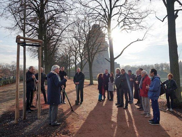 Baumpflanzung am 26.11.2019, Foto: Stadtgeschichtliches Museum / Katja Etzold