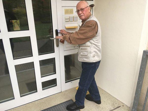 Lipsia-Mitglied Wolfgang Ackermann (79) aus Grünau demonstriert die Funktionsweise der neuen Transponder, Foto: W&R IMMOCOM / Matthias Klöppel