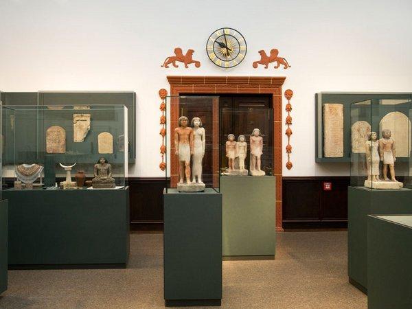 Statuengruppen des Alten Reiches (2445 - 2350 v. Chr.) in der großen Ausstellungshalle