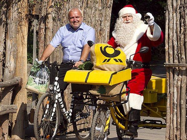 Zoodirektor Prof. Junhold und der Weihnachtmann mit dem Fahrrad