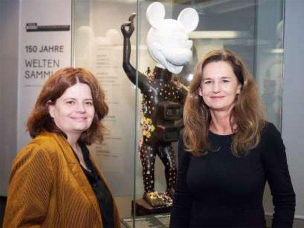 """Léontine Meijer-van Mensch (Direktorin SES) und Petra von Crailsheim (Vorstandsvorsitzende MSU) mit der Skulptur """"Nkisi Maus"""" von Hilary Balu, © GRASSI Museum für Völkerkunde zu Leipzig, Foto: Tom Dachs"""