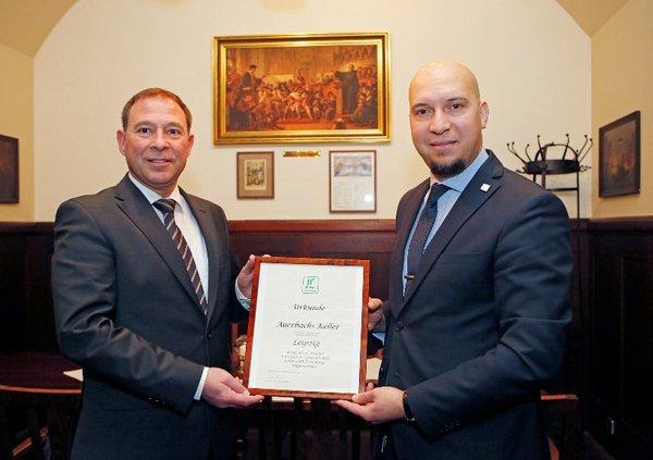 Dr. Ekkehard Steinhäuser (links) und Mounir Bakhtari von Auerbachs Keller präsentieren die Urkunde, die das Traditionsgasthaus für seine Mitgliedschaft in der Gesellschaft vor rund fünf Jahren verliehen bekam.
