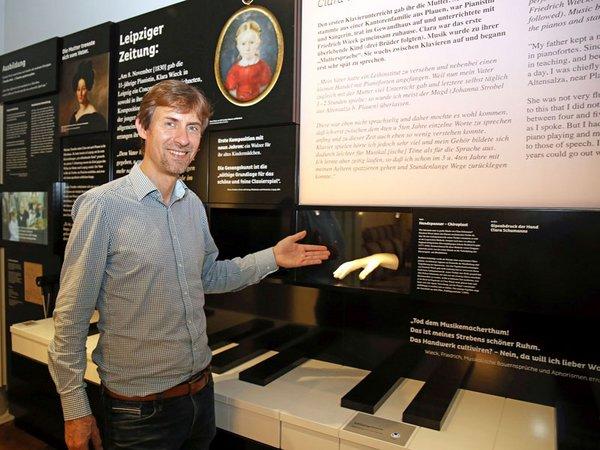Gregor Nowak gewährt einen ersten Blick in die neue Dauerausstellung im Schumann-Haus, Foto: Andreas Schmidt