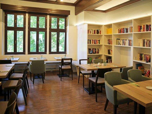 Integrationshotel Philippus - Frühstücksraum und Bibliothek, Foto: Melina Gmeiner