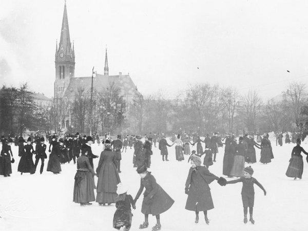 Eisbahn im Johannapark mit Lutherkirche in Leipzig um 1890, Foto: Hermann Walter
