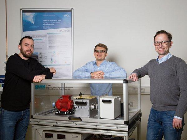 Prof. Mathias Rudolph (rechts) und seine Projektmitarbeiter Andreas Blum (l.) und Maik Wolf (M.) zeigen auf der Intec an einem Versuchstand ein energieautarkes Sensornetzwerk, Foto: Lizette Ardelean / HTWK Leipzig
