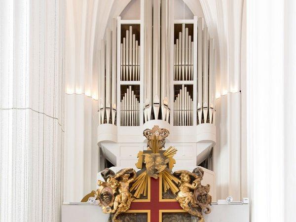 Die Schwalbennestorgel im Paulinum - Aula und Universitätskirche St. Pauli (im Vordergrund: Gedächtnismal Wilhelm von Ryssel). Foto: Universität Leipzig / Marion Wenzel