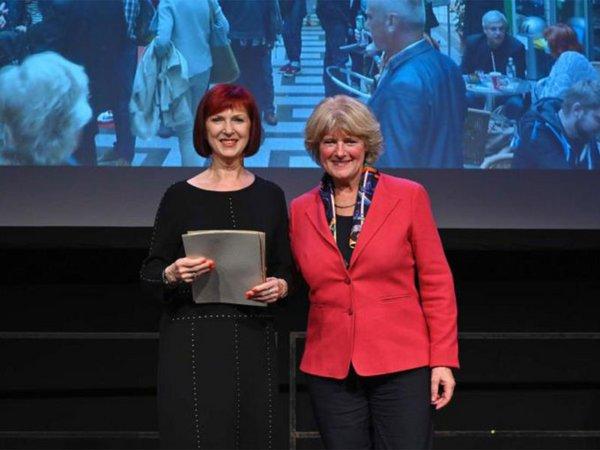 Staatsministerin Monika Grütters mit Petra Klemann, Geschäftsführerin der Passage Kinos, Foto: Passage Kinos