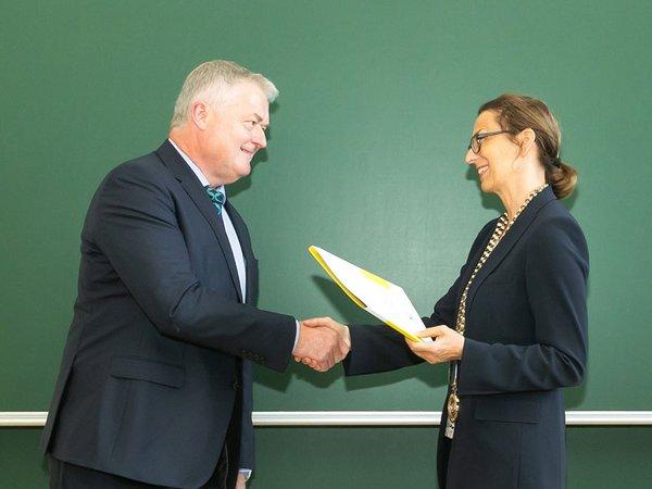 Prof. Gesine Grande, Rektorin der HTWK Leipzig, überreicht Siegfried Bülow die Bestellungsurkunde, Foto: HTWK Leipzig