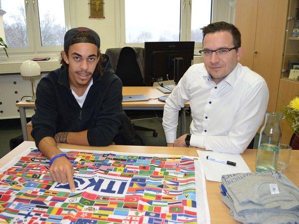 Daniel Eckert-Lindhammer (rechts) mit RB-Spieler Yussuf Poulsen, Foto: Sebastian Evans