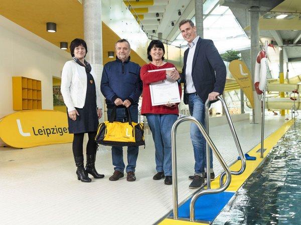 Dr. Brigitte Teltscher und Martin Gräfe begrüßen Heike Franke mit Ehemann Thomas Franke als 1-millionsten-Badegast in Leipzigs Schwimmhallen in diesem Jahr, Foto: Leipziger Gruppe