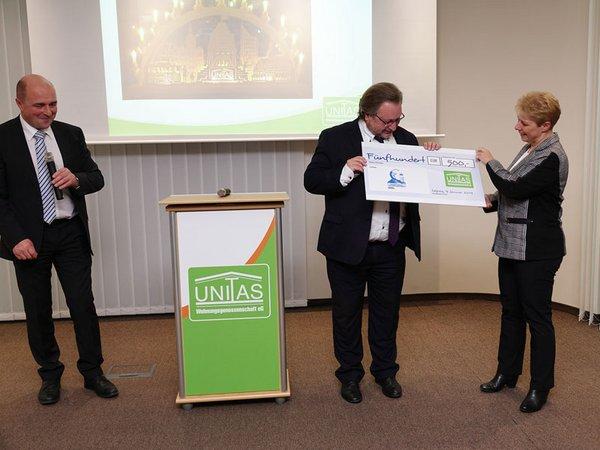 Die UNITAS-Vorstände übergeben den Spendenscheck für die Hermann-Schulze-Delitzsch-Gesellschaft, Foto: VSWG