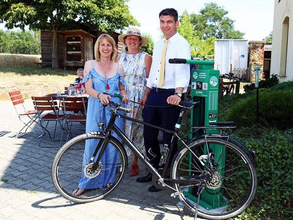 Eröffnung der ersten Fahrrad-Selbsthilfewerkstatt am Landgasthof Dehnitz, Foto: Andreas Schmidt