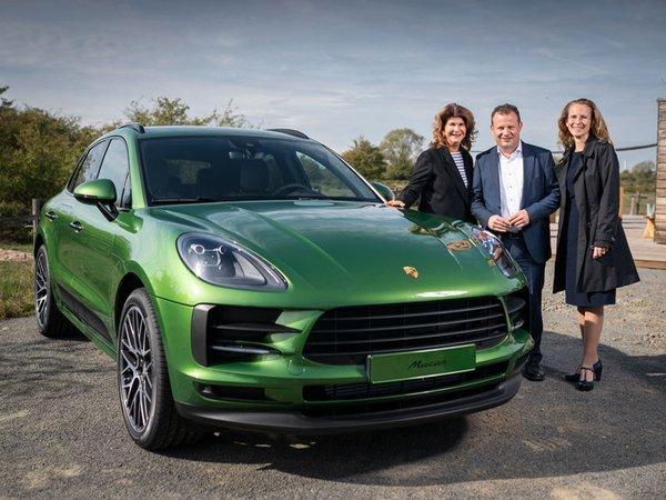 Vivian Honert-Boddin, Gerd Rupp und Dr. Claudia Nerius am Tombolafahrzeug, Foto: Porsche AG - Leipzig