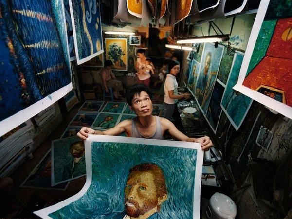 China's van Gogh (Xiaoyong shows his copies), Foto: chai-filmfestival.de