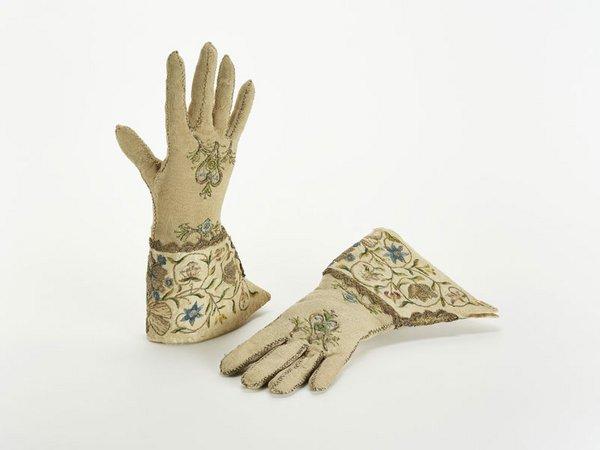 Damenhandschuhe, Deutschland, 2.Haelfte des 18. Jahrhunderts, Stickerei in Seide, Gold- und Silberfaden auf Seidengewebe