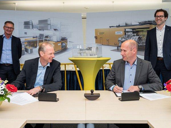 Während der Vertragsunterzeichnung: Roman Havranek (Siemens), Olaf Kreyenberg (Siemens), Karsten Rogall (Leipziger Stadtwerke) und Dr. Maik Piehler (Leipziger Stadtwerke), Foto: Leipziger Gruppe