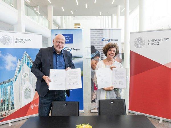 Ralf Hiltenkamp und Rektorin Prof. Dr. Beate Schücking, Foto: Christian Hüller / Universität Leipzig