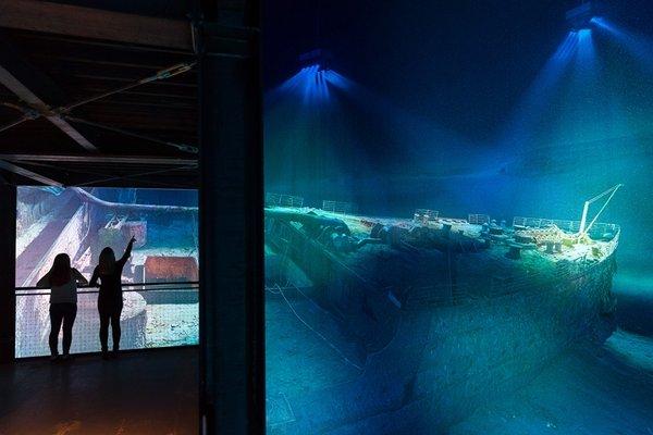 Das Panorama Titanic mit 2 Besucherinnen