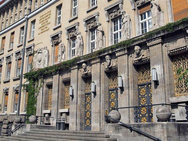 Eingang zur Deutschen Nationalbibliothek