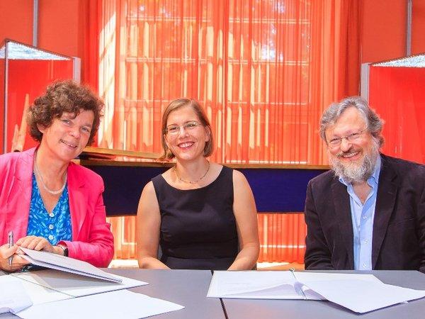 Unirektorin Beate Schücking, Kulturbürgermeisterin Skadi Jennicke und HMT-Rektor Martin Kürschner (v.l.n.r.) bei der Unterzeichnung der Kooperationsvereinbarung