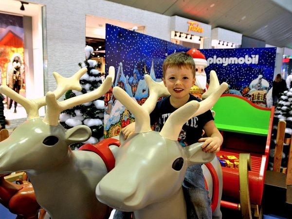 Vorfreude auf Weihnachten: Ben (4) sitzt Probe auf einem der Playmobil-Rentiere im Paunsdorf Center