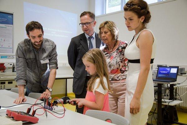 """Im Messtechnik-Labor können energieautarke Sensoren mit Energie aus dem Fön """"gefüttert"""" werden."""