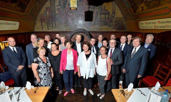 Gute Stimmung unter den Gästen beim französisch-deutschen Kulturaustausch in Auerbachs Keller Leipzig.