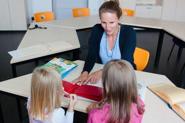 Dr. Julia Dobroschke entwickelte in ihrer Dissertation ein Konzept, wie Schulbücher für blinde und sehbehinderte Kinder einfacher hergestellt werden können.