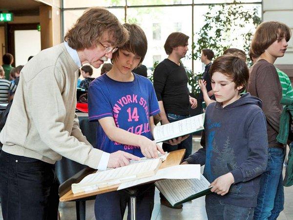 Gotthold Schwarz bei der musikalischen Arbeit mit Thomanern