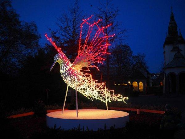 Aquariumsvorplatz mit Kolibri-Lichtinstallation, Foto: Zoo Leipzig