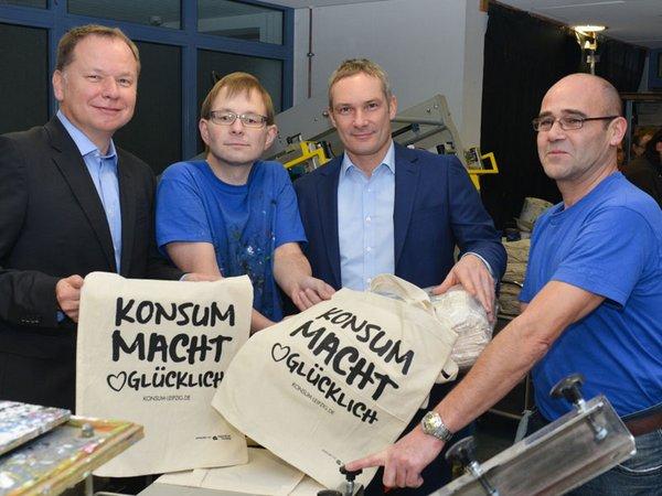 Konsum Leipzig Vorstand Dirk Thärichen (links) und Michael Faupel (zweiter von rechts) beim Besuch der Werkstatt