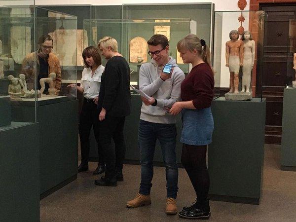 Ende 2018 waren Schüler aus Naila auf Exkursion in Leipzig und haben die ersten Textentwürfe der Audioguides vor den Objekten im Ägyptischen Museum getestet, Foto: Ägyptologisches Institut der Universität Leipzig