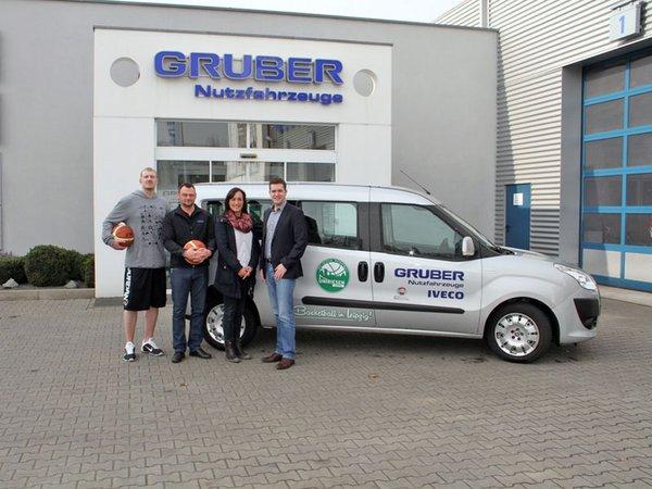 Cheftrainer Ty Shaw, Verena Uhde (Gruber, Verkauf), Enrico Bauch (Gruber, Werkstattmeister), LBM*-Geschäftsführer Christoph Stumpf