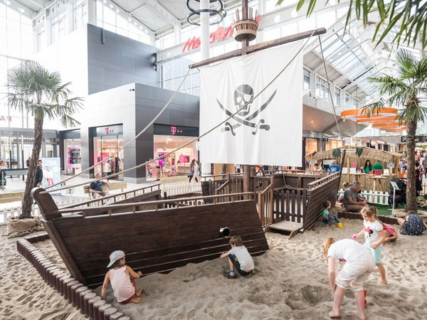 Gestrandetes Piratenschiff samt Goldschatz im Atrium, Foto: Paunsdorf Center