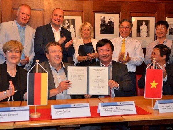 Unterzeichnung Vereinbarung, Foto: Handwerkskammer zu Leipzig