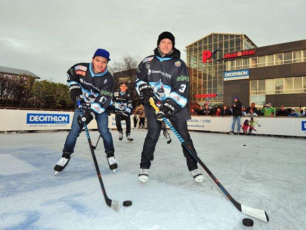 Jari Neugebauer, Hubert Berger und Sebastian Staudt (v. l. n. r.) von den IceFighters Leipzig waren bereits zu Gast auf der neuen Eisbahn am Paunsdorf Center