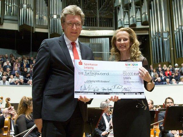 Dr. Claudia Nerius, Vorsitzende der Stiftung Leipzig hilft Kindern und Prof. Andreas Schulz, Gewandhausdirektor, Foto: Gert Mothes