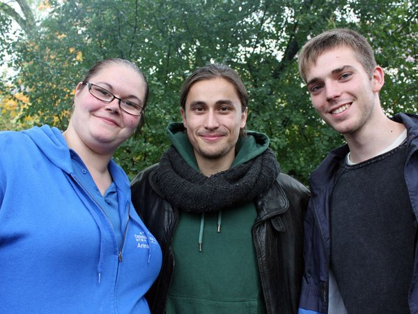 Medieninformatik-Erstis Arvid Hofmann und Jared Schauer mit Ersti-Coach Arina Finke-Leps (Medieninformatik-Studentin)