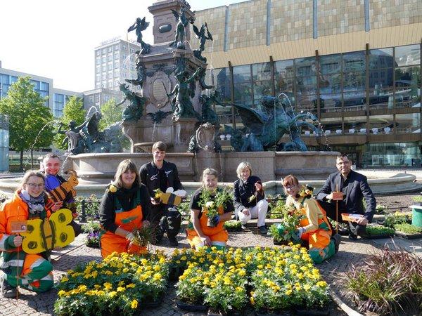 Pflanzung des Blühbeets am Mendebrunnen, Foto: Stadtreinigung Leipzig