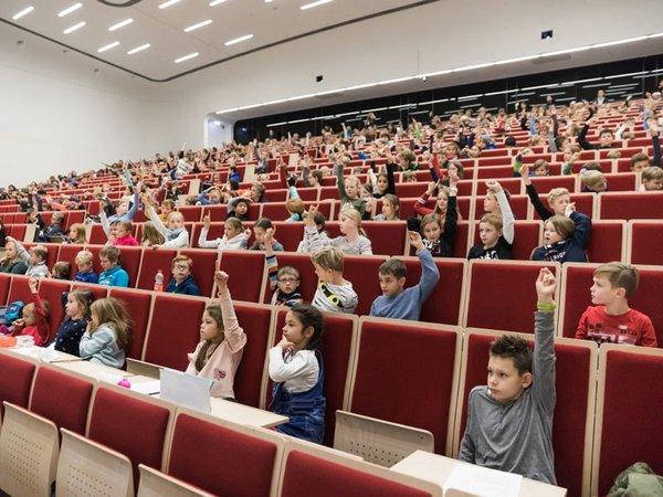 Kinderuni-Vorlesung im vergangenen Jahr, Foto: Christian Hüller / Universität Leipzig