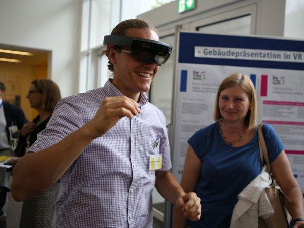 Christian Irmscher, Mitarbeiter der Fakultät Bauwesen, stellt die Anwendung digitaler Methoden im Bauingenieurwesen vor, Foto: HTWK