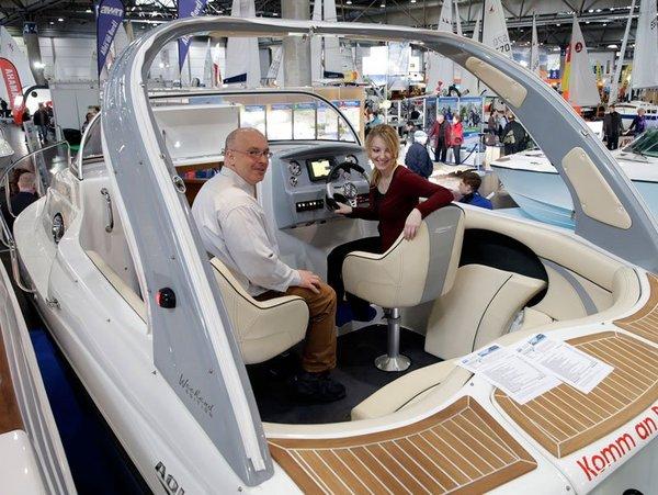 Probesitzen am Steuer einer Yacht von Aqua Power Bootshandel und -service