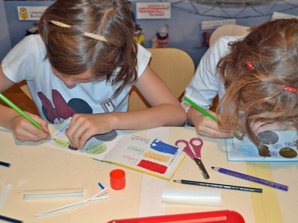 Ferienkinder gestalten ihr eigenes Buch, Foto: SGM