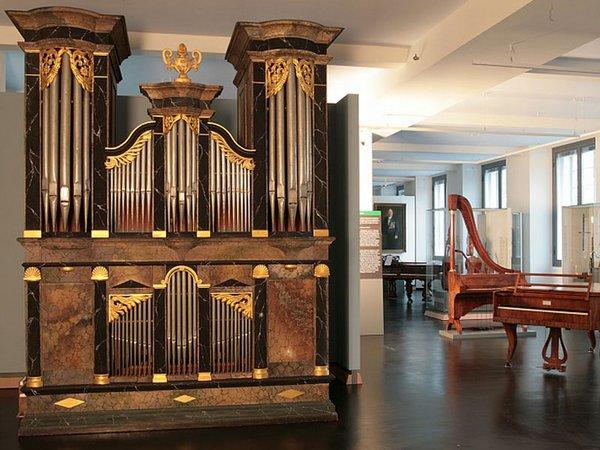 Ausstellungsraum mit Orgel von Franz Xaver Bloch, 1840