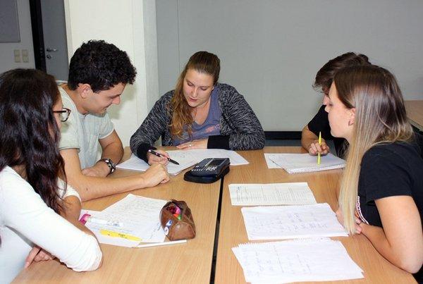 Tutorin Michelle Uth (Mitte) unterstützt Erstsemester des Wirtschaftsingenieurwesens Bau in der Gruppenarbeit zum Vorkurs Mathematische Grundlagen bei der Lösung ihrer Aufgaben.